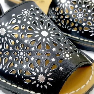 Avarcas Menorquinas Mujer Piel Calada Detalles Metalizados 387 Negro, de C. Ortuño