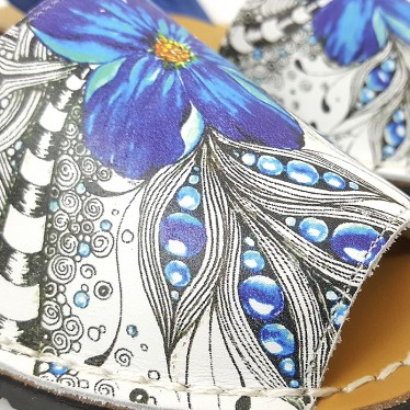 Avarcas Menorquinas Mujer Piel Serigrafía Motivos Florales 376 Azul, de C. Ortuño
